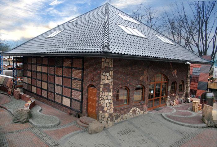 Budynek z elewacją z klinkieru