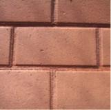 Pozostawione wolne, górne powierzchnie spoin w okładzinie z betonowych kostek brukowych