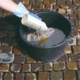 Dodanie utwardzacza do mieszanki piasku kwarcowego nasyconego żywicą